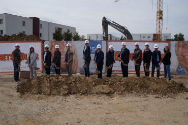 Der Startschuss ist gefallen – die Bauarbeiten für 17 neue Wohnungen in Reichersberg haben begonnen.